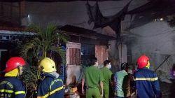 TP.HCM Gần trăm cảnh sát căng mình dập lửa tại xưởng phế liệu.